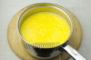 Молочное пюре из сыра и перца добавьте в кастрюлю с овощами. Еще раз доведите до кипения, снимите с огня. Приправьте солью и перцем. Очень важно не пересолить такой суп.