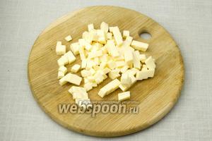 Плавленный сыр нарежьте кубиками, как можно мельче.