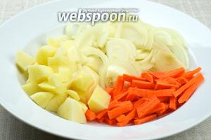 Овощи очистить и нарезать: лук тонкими полукольцами, морковь брусками, картофель кубиками.