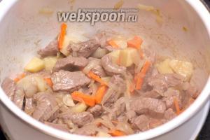 Затем добавить картофель и морковь — жарить всё ещё 4-5 минут.