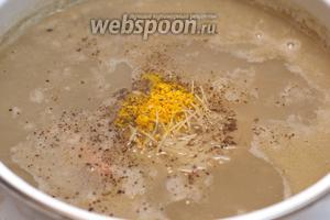 Когда маш будет готов, добавить куркуму, вермишель, перец и соль по вкусу — хорошо перемешать, чтобы вермишель не слиплась.