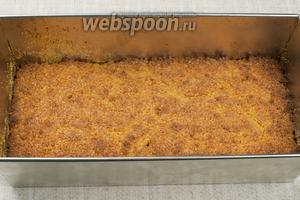 Выпекать в разогретой до 200 °С духовке 25-35 минут, готовность проверять деревянной шпажкой (из готового пирога она должна выходить сухой). Пирог немного остудить, аккуратно вынуть и произвольно нарезать.