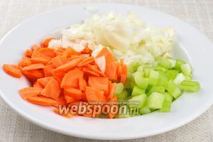 Подготовить овощи: лук и стебли сельдерея нарезать кубиками, морковь на четвертинки.