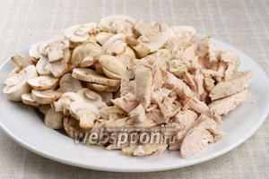 Тем временем шампиньоны нарезать пластинками, а куриное филе (из которого ранее был сварен бульон) нарезать брусками.