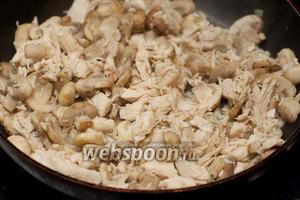 На той же сковороде обжарить грибы и куриное филе, пока шампиньоны не станут румяными.