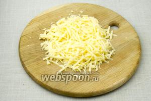 Натрите сыр на крупную тёрку.