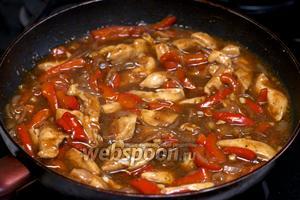 Затем добавить соль и чёрный молотый перец по вкусу, подавать с гарниром из отварного риса.