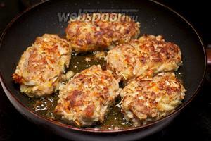 В сковороде разогреть 3-4 столовые ложки растительного масла, сформировать из полученного фарша котлеты и обжарить с двух сторон до румяного цвета (жарить до готовности не надо).