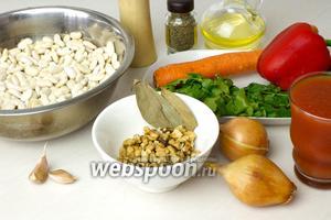 Для этого блюда возьмите: сухую белую фасоль, красный сладкий перец, репчатый лук, морковь, чеснок, грецкие орехи, пучок свежей кинзы, стакан домашнего томатного сока (можно заменить свежими помидорами), специи.
