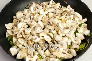 Добавьте к овощам грибы и жарьте пока не испарится жидкость.