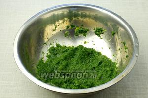Доведите соус до кипения и варите 5-7 минут. Соус должен получится густым, но при необходимости добавьте немного воды. В конце посолите.