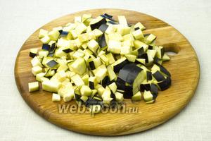 Баклажан нарежьте мелкими кубиками.