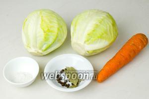 На 2 килограмма капусты возьмите 1 крупную морковь, лавровый лист, душистый перец и соль.
