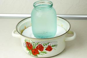 Теперь накройте капусту тарелкой и поставьте на неё груз. Оставьте квасится овощи в тёплом месте на 3 дня. Раз в день прокалывайте капусту ножом, чтобы выходили газы. После чего переложите квашеную капусту в стеклянную банку и храните в холодильнике.