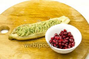 Лодочки из баклажан наполнить овощной заправкой и присыпать зёрнами граната. Блюдо подавайте тёплым.
