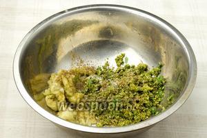 В миске смешайте сердцевину баклажан, перемолотые зелень с орехами, 1 чайной ложкой молотого кориандра, столовой ложкой растительного масла, посолите и тщательно перемешайте.