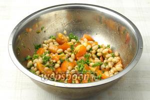 Дайте салату настоятся 10-15 минут и подавайте к столу.
