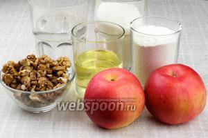 Для приготовления коврижки возьмём муку, сахар, растительное масло, яблоки (можно даже сушёные), корицу, мёд и грецкие орехи.