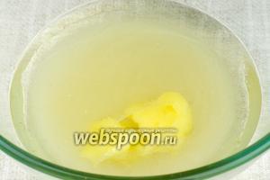 Соединить воду, растительное масло, сахар и мёд. Хорошо всё размешать, если мёд не растворяется, поставить ёмкость на водяную баню и мешать до полного растворения сахара и мёда.