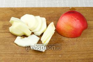 Яблоки очистить то кожуры и нарезать тонкими пластинами.