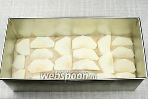 Влить тесто в форму, а сверху выложить порезанные яблоки.