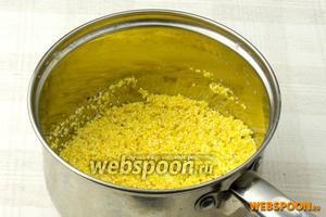 Пшённую и кукурузную крупу высыпать в кастрюлю и промывать до тех пор, пока вода не станет прозрачной.