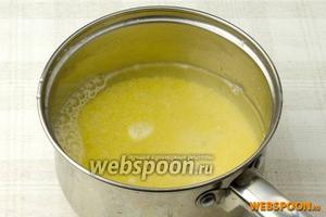 Затем залить 2-3 стаканами воды (чем больше воды — тем жиже каша), накрыть крышкой и довести до кипения на слабом огне. Затем варить кашу ещё 10 минут, периодически помешивая деревянной лопаткой.