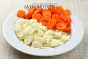 Лук нарезать полукольцами, морковь нарезать кружочками.