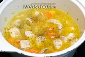Затем влить бульон, добавить чёрный молотый перец и соль по вкусу. Довести до кипения и тушить под крышкой на медленном огне 25-30 минут.