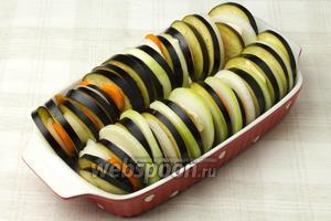 Взбрызнуть форму оливковым маслом и выложить овощи в таком порядке: баклажан, морковь, сельдерей, лук.