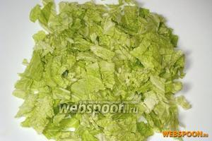 Измельчить листы капусты и выложить их в салатник.