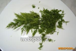 Нарубить зелень укропа и выложить в салатник.