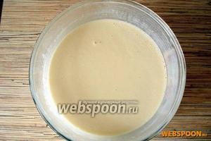 Разбавить тесто кипятком и быстро перемешать. Кипяток берём опционально — от 1/2 стакана до 1 стакана. Смотрите, чтобы тесто было как густое молоко, оно должно легко и быстро стекать с черпака. В процессе выпечки оставшееся тесто можно «доразвести», добавив ещё крутого кипятка.