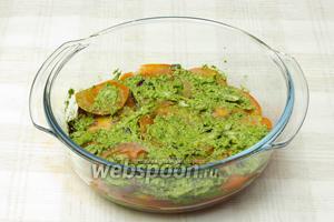 На дно блюда выложите слой помидор, затем слой соуса с луком. И так, чередуя слоя, выкладывайте овощи, пока они не закончатся. Затем дайте салату настоятся 1 час и подавайте к столу.