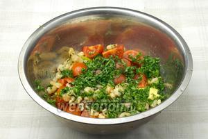 В глубокой миске смешать жаренные креветки, авокадо, помидоры. Приправить заправкой и подавать к столу.
