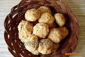 Выпекайте печенье 15 минут, не больше. Достаньте его из духовки — оно должно быть мягким. Выкладывайте аккуратно печенье АНЗАК на решётку — оно остынет и немного затвердеет. Такое печенье приятно кушать с молоком или с несладким чаем!
