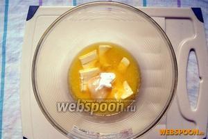 В растопленное сливочное масло добавьте мёд и соду — хорошо всё перемешайте.