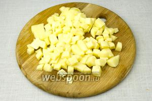 Картофель очистить от кожуры и порезать небольшими кубиками.