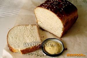 Готовый хлеб достаньте из духового шкафа, дайте постоять какое-то время в форме. Смажьте хлеб сливочным или растительным маслом, а затем остудите на полотенце.