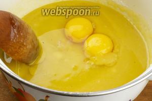 Добавить яйца и слегка взбить тесто.