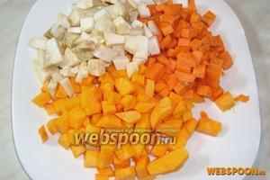 Тыкву, корень сельдерея и морковь порезать кубиками.