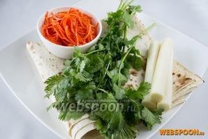 Возьмите лаваш армянский тонкий, сыр сулугуни (желательно палочками), корейскую морковку (остроту выбирайте по вкусу), свежую кинзу.