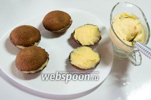 Начинить остывшим кремом половинки печенья и соединить их, получив мяч.