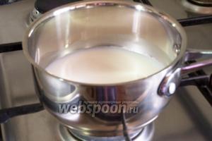 Молоко вскипятить на малом огне.
