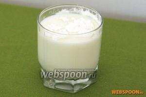 В стакане молока размешать 3 столовые ложки крахмала.