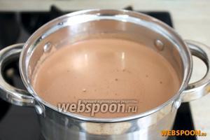Затем добавить ванилин и 1 столовую ложку сливочного масло, помешивать до тех пор, пока масса не начнет густеть. Убрать с огня и подавать горячим.  Если этот напиток покажется вам слишком крепким, вы можете использовать молочный шоколад или добавить шарик мороженого.