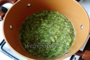 Киви очистить. Затем мелко нарезать или порубить при помощи миксера и поместить в кастрюлю. Добавить лимонный сок.