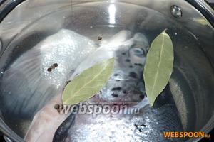 Промойте рыбу, удалив жабры, её можно не чистить (в чешуе достаточно клейковины), положите в кастрюлю и максимально заполните водой, так как вынув тяжёлые куски рыбы бульона останется совсем мало. Добавьте целую очищенную морковь, луковицу, лавровый лист и перец горошком. Когда вода закипит, посолите и варите 30 минут на медленном огне под крышкой.