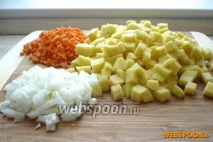 Картофель, лук и морковь нарежьте кубиками, привычного для вас размера.