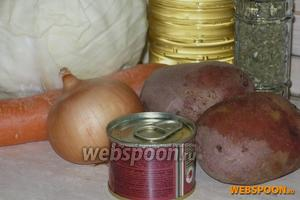 Вам понадобятся: капуста, морковь, лук, картофель, растительное масло, томатная паста, вода и соль, овощная приправа или сушёные травки, которые вы любите.